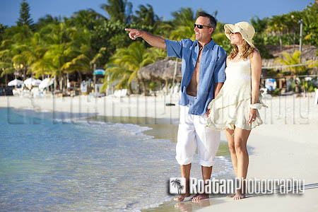 Couple_walking_on_tropical_beach